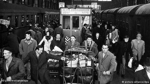 Jugoslawische Gastarbeiter bei ihrer Ankunft in Deutschland